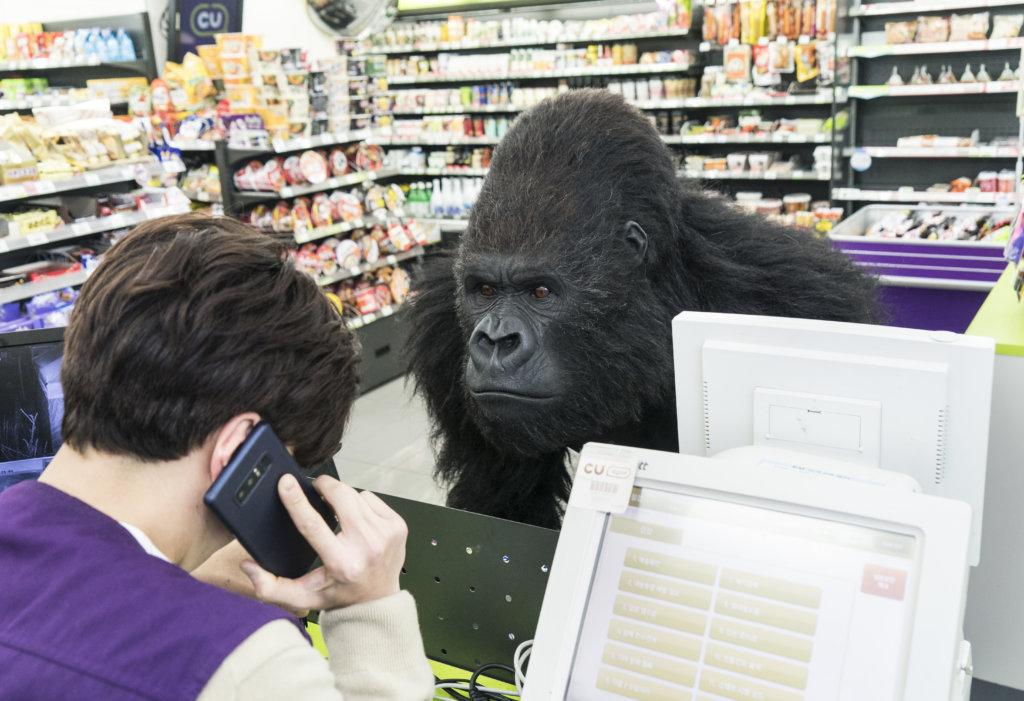 猩猩大鬧便利店,成為片中經典場面之一
