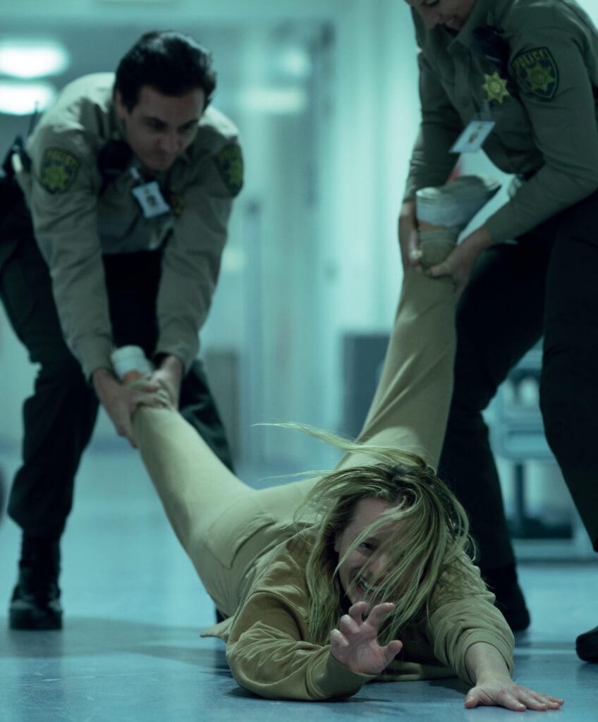 伊莉莎白莫斯飾演身心受到隱形客前夫虐待的女子,被人視為瘋子。