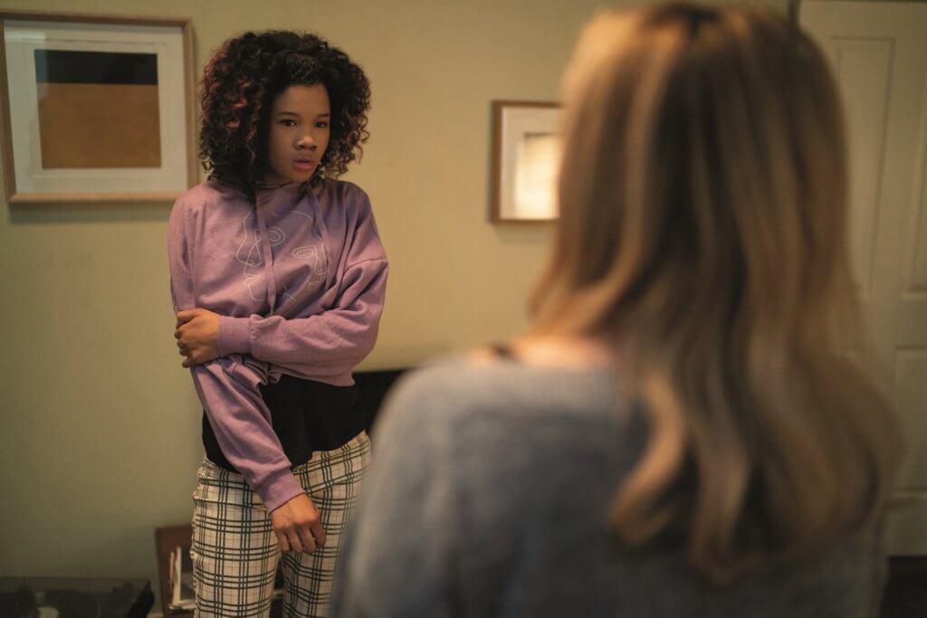 Storm Reid飾演的少女是黑人警員的女兒,跟女主角感情要好,亦遭隱形客騷擾。