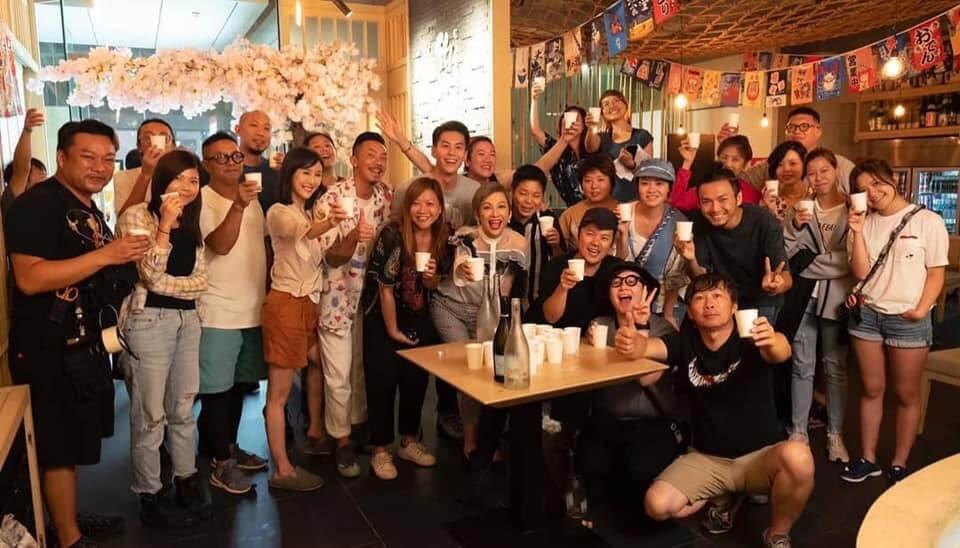 陳靜、朱鑑然、余安安及張繼聰一同慶祝電影拍攝順利。