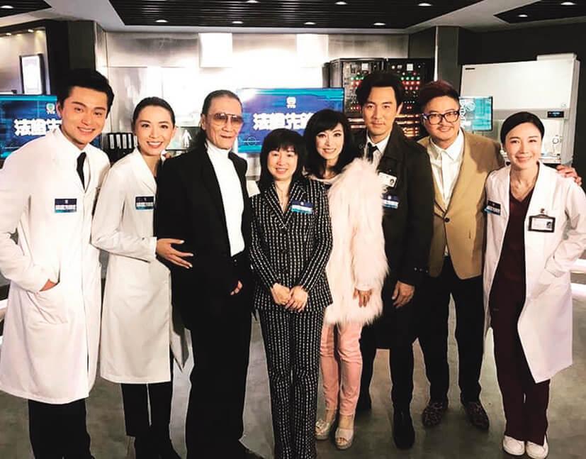 《法證先鋒Ⅳ》是梅小青在無綫監製的最後一套劇集,主要演員有譚俊彥、黃浩然和湯洛雯,還有相隔三十年再拍無綫劇的謝賢。