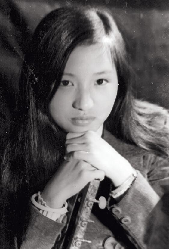 梅小青第一份正式的工作是在麗的電視,聘請她的是鍾景輝。