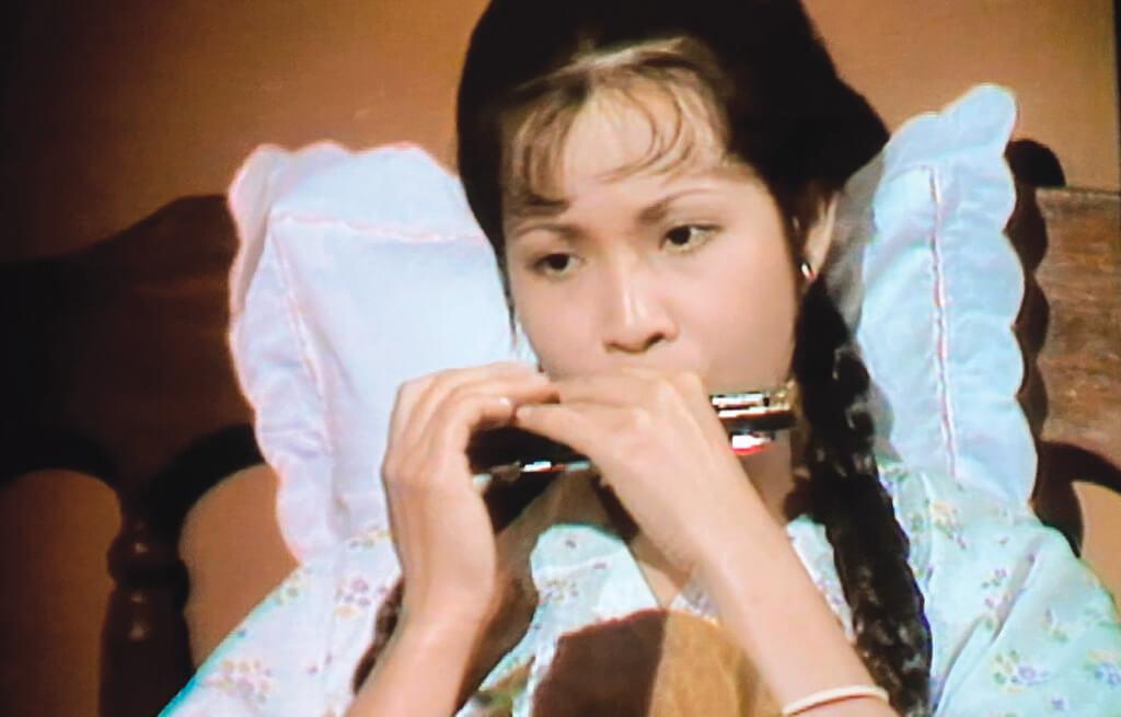 原著中的三妹最愛鋼琴。改編的電視劇版,讓飾演她的王愛明在沒有收到鋼琴這份禮物前先有口琴。口琴可以歡喜可以哀愁,心事重重的一個人,拿起它自然也是眉目憂戚。