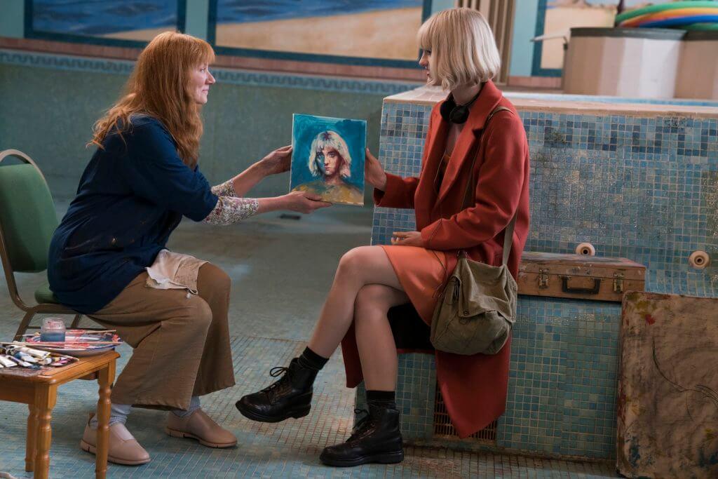 女主角麥肯絲飾演的新任保母姬蒂,年幼時缺乏父母照顧,母親是精神病人。
