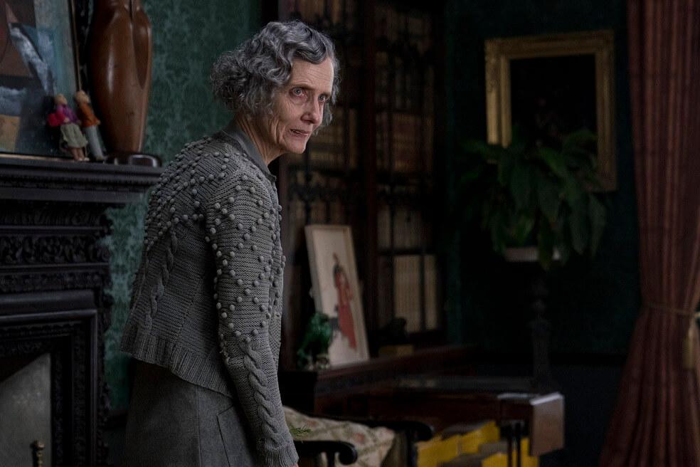 終生在大宅侍候主人的女管家戈斯太太,代表着循規蹈矩、活在傳統枷鎖下的舊時代女性。