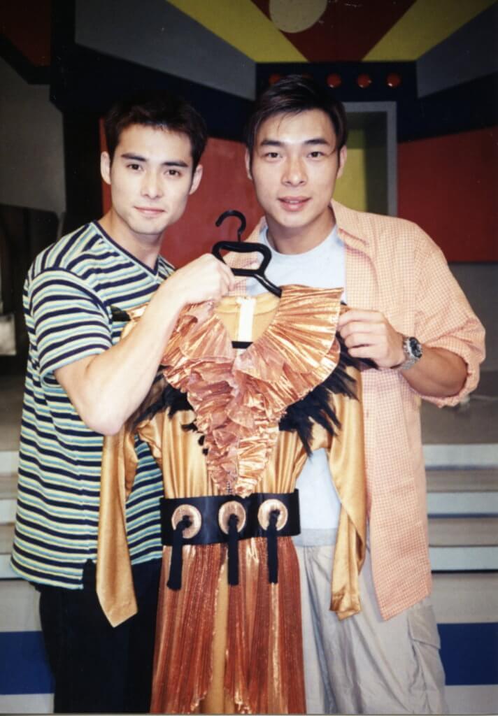 海俊傑贏新秀加入華星後,與師兄許志安一起拿着一姐梅艷芳的戰衣合照。