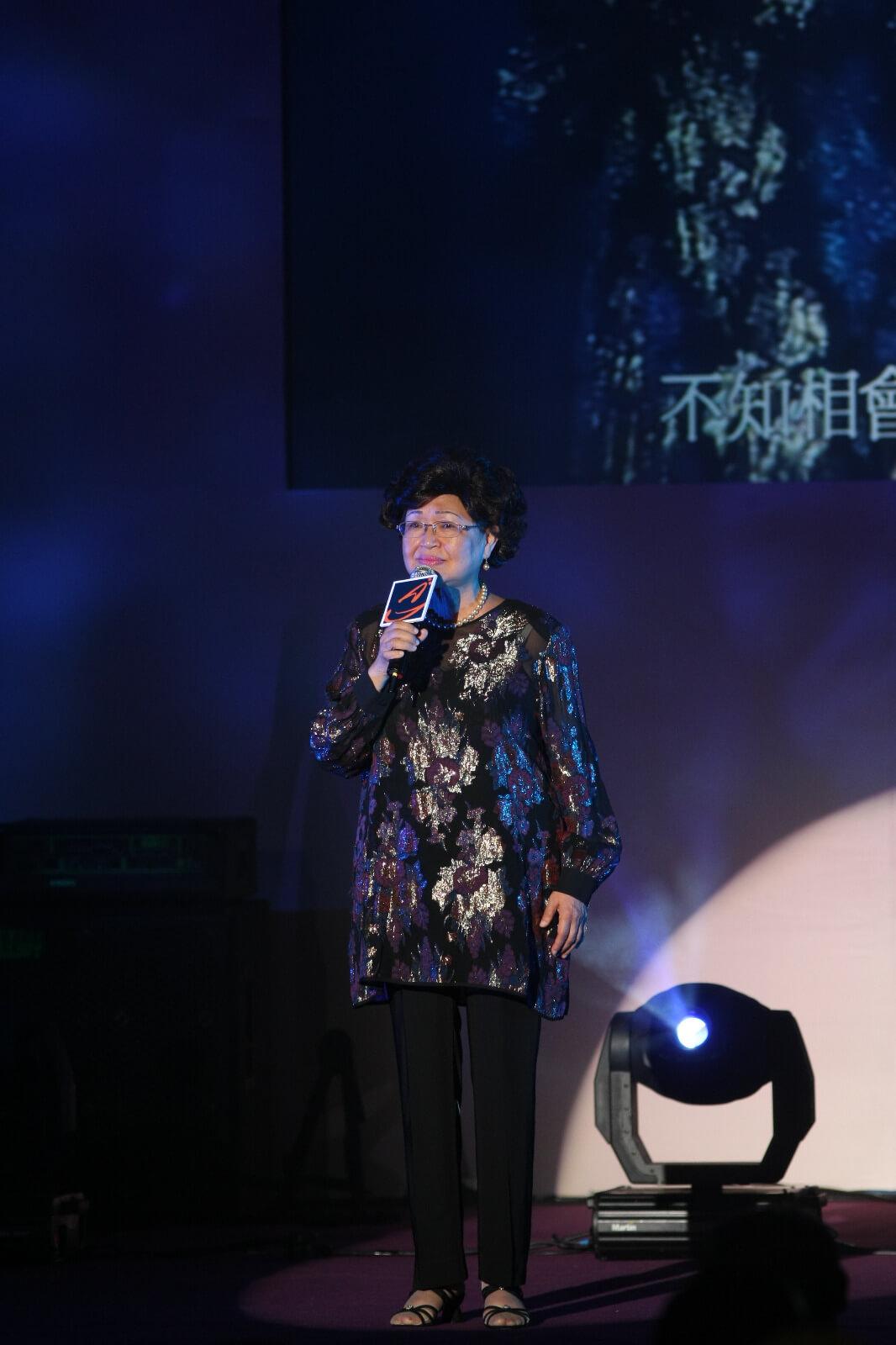 鮑培莉出席2010 CASH周年晚宴暨金帆音樂獎頒獎禮,為于粦榮獲「音樂成就大獎」獻唱《一水隔天涯》及《門邊一樹碧桃花》。