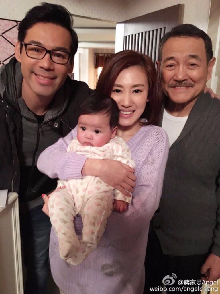 徐榮一個半月大的女兒包包演出《愛‧回家》,她在劇中是俆榮的孫女。