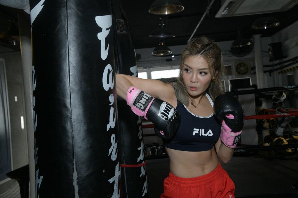 泰拳的批踭動作,會運用大量腰力、二頭和三頭肌來發力。