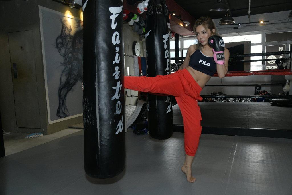 泰拳的橫掃腿,踢擊對手腿部內側,令對方站立不穩。