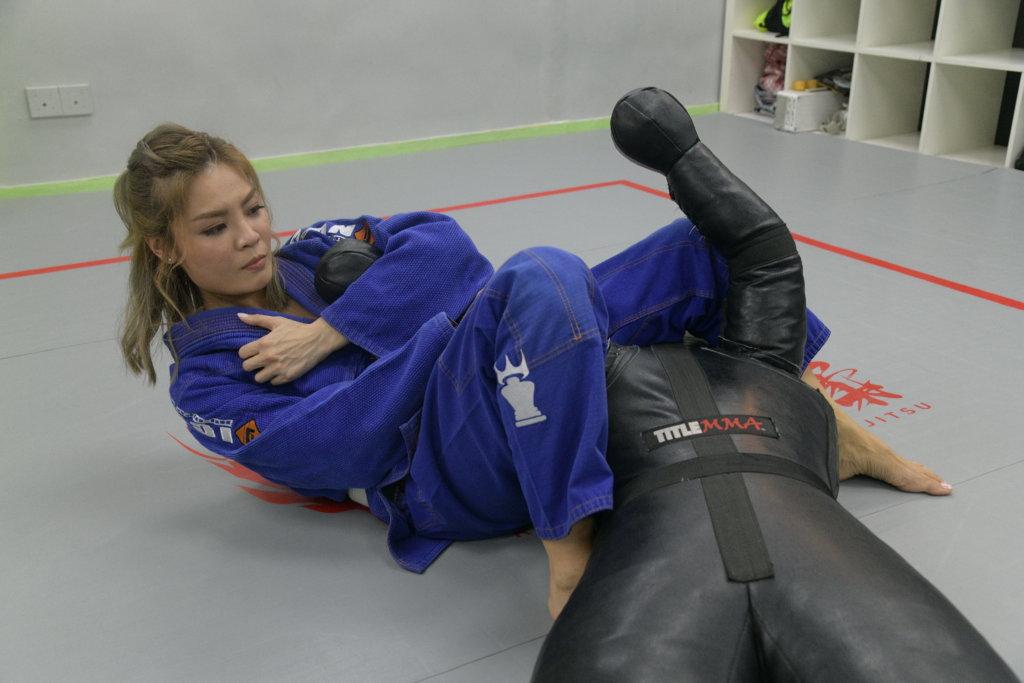 與對手交戰,要在對方身上佔有利位置,並適當施展鎖技攻擊。