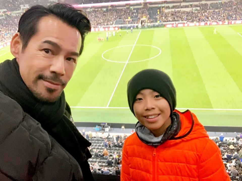 徐榮熱愛足球,影響兒子亦有志向足球發展,他們早前到英國看足球學校環境兼睇波。