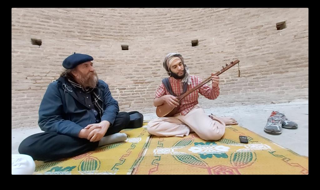 他們坐在地氈上,一邊喝熱茶,一邊聽着Vahid彈奏。