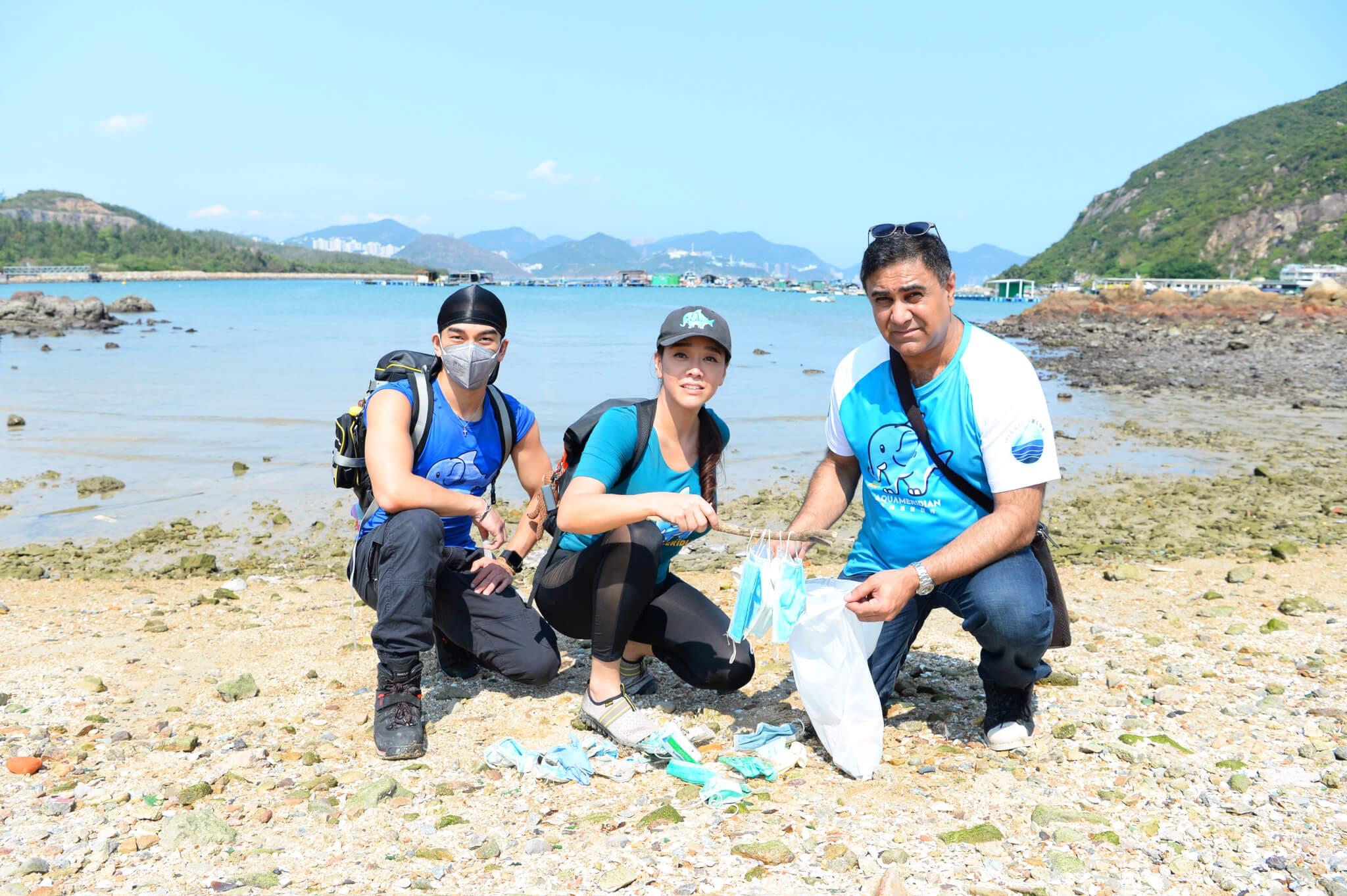 郭秀雲與喬寶寶、龐景峰在索罟灣沙灘執到成袋被棄置口罩