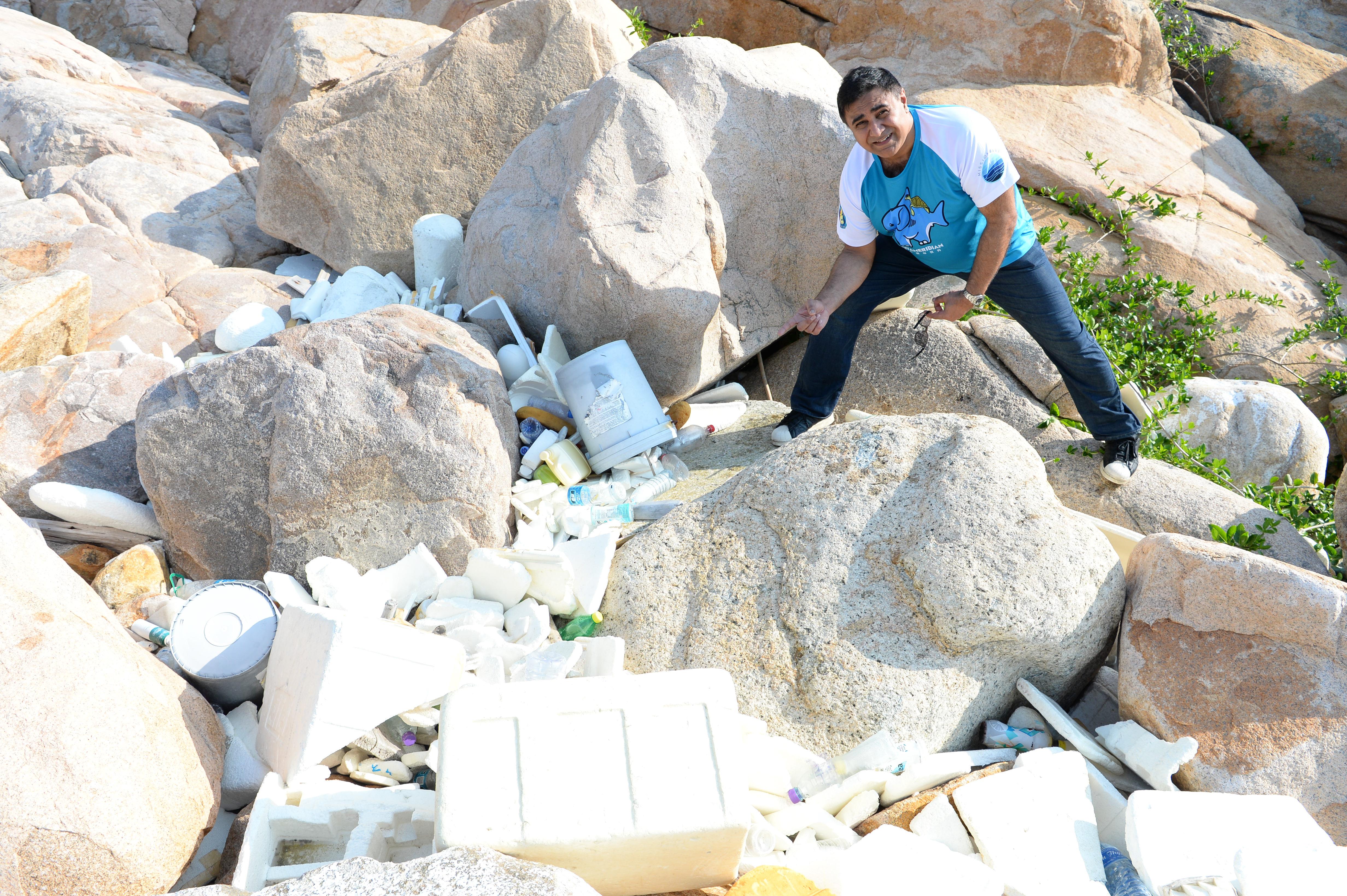 喬寶寶見到發泡膠遍佈石灣上,造成環境污染。