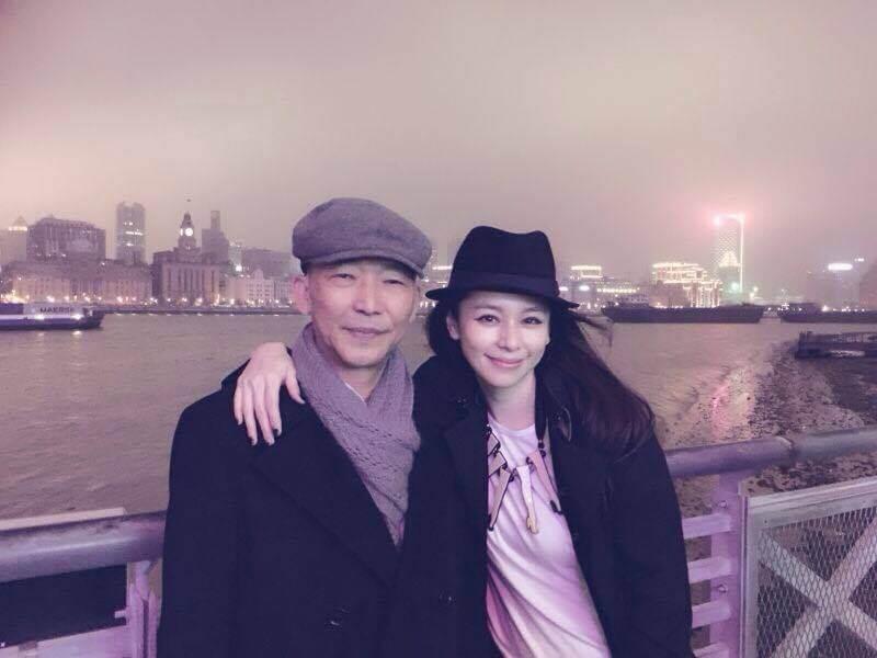 徐若瑄推出新歌《別人的》,獻給已去世兩年的爸爸。
