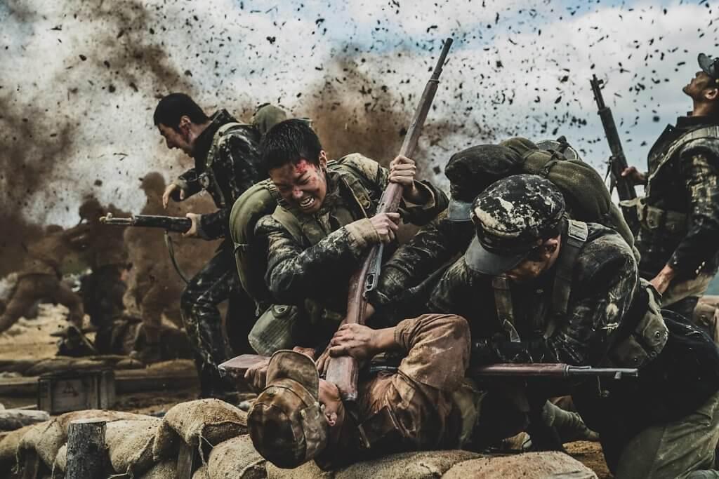 戰場上命懸一線,郭暻澤盛讚合導的金泰勛在處理動作場面方面夠俐落及震撼。