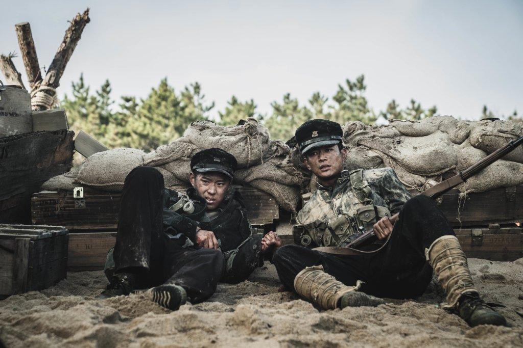 (右)崔珉豪飾演本是游泳選手的士兵,無奈為國家而放棄夢想,而李宰旭則飾演他的同伴。崔珉豪在拍攝時更曾被爆炸品擦傷面部,需要短暫休假才重回劇組。