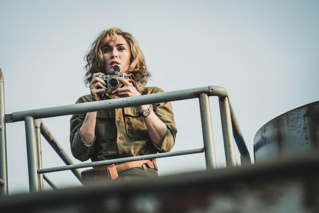 美瑾霍絲飾演戰地記者,為學生上戰場心痛。
