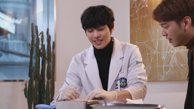 SBS乘勝追擊製作特輯,要安孝燮即場示範使用手術工具。