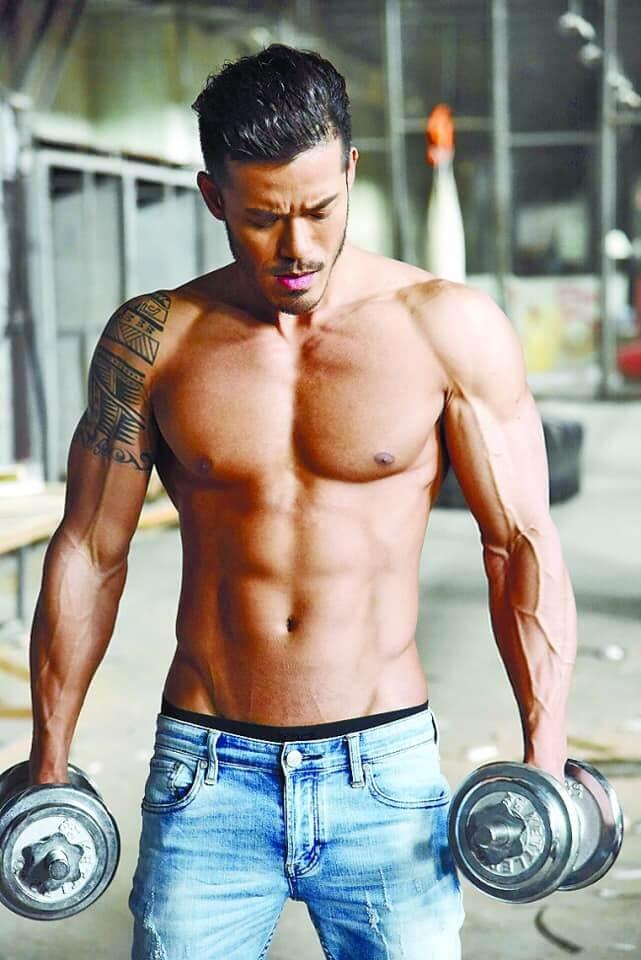 沈震軒平時喜歡健身,練得一身肌肉。