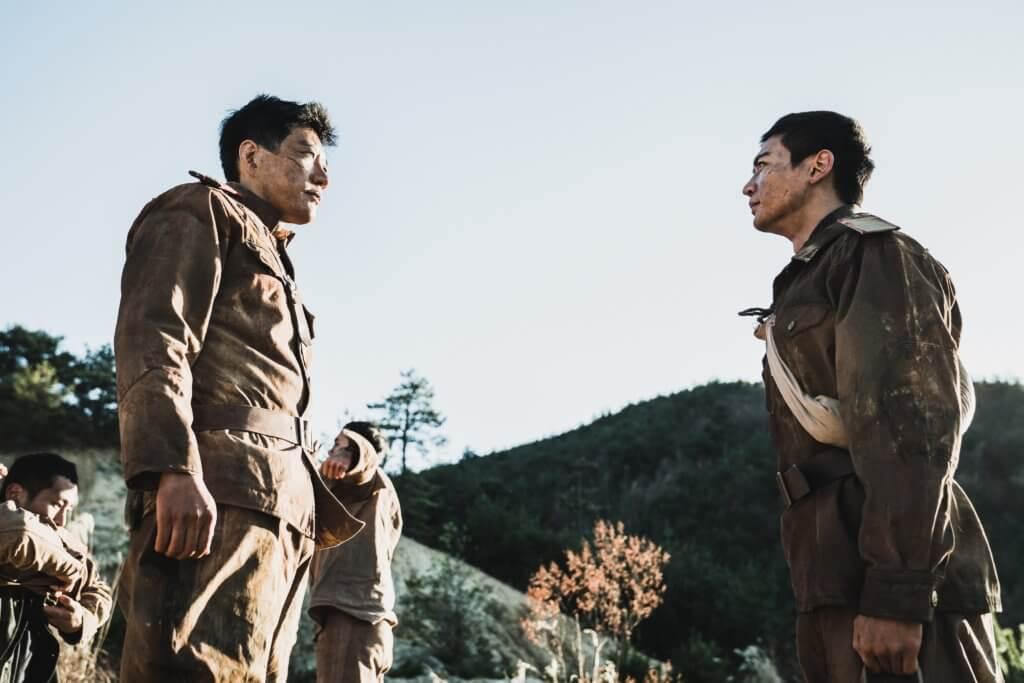 金明民飾演冷靜果斷的軍官,率領七百多名學生出戰。