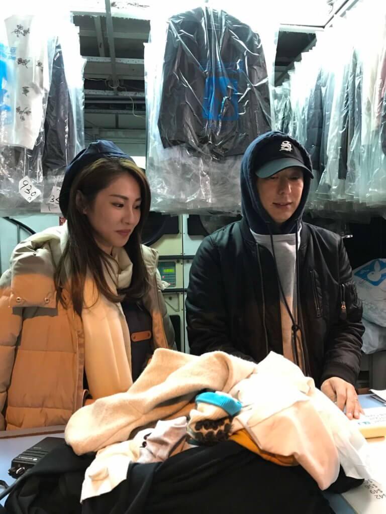 在洗衣店拍攝的一場戲,鄧健泓搞喊太太石詠莉,最後要道歉才能平伏對方情緒。