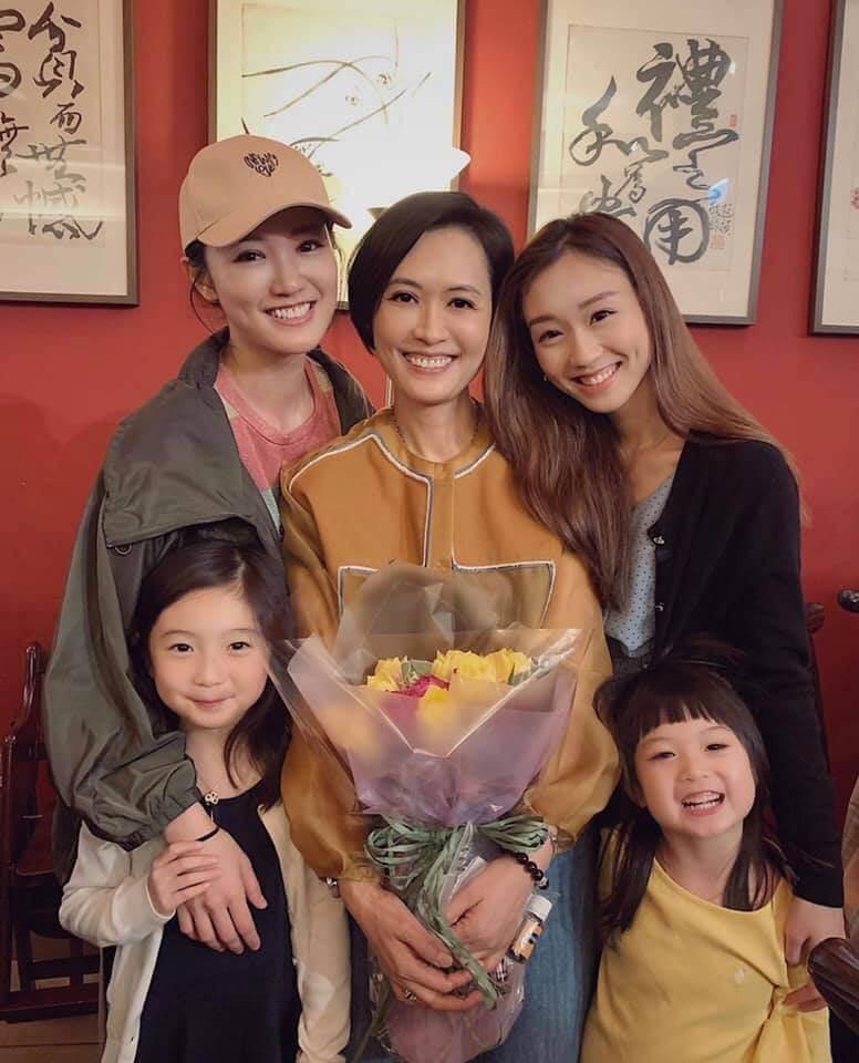 雖然經常與媽咪頂嘴,但母親節當然與妹妹張寶欣一起為母親慶祝。