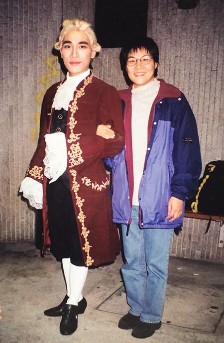 在演藝學院演出時,媽媽也來欣賞他的表演。