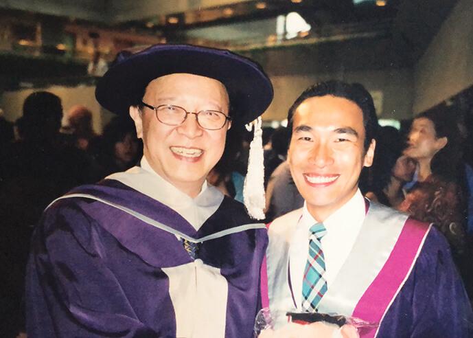 在演藝學院的新生面試,鍾景輝是其中一位主考;畢業禮當然要與King Sir合照留念。