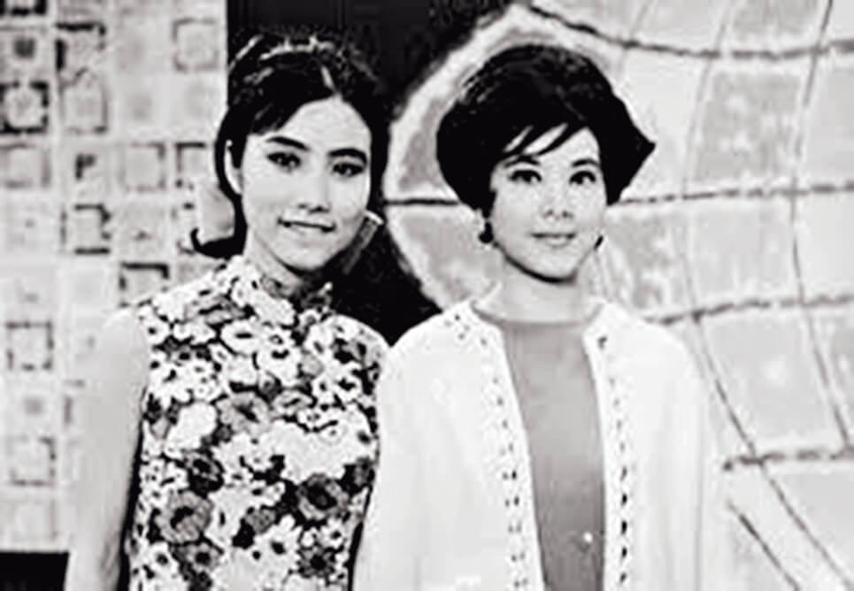 阿姐也有偶像。站在黎婉玲身邊的汪明荃還是「黃毛丫頭」,雖然年齡的差異不至於是世代級,但那年代女孩與淑女在髮型與服裝上還是各有千秋。