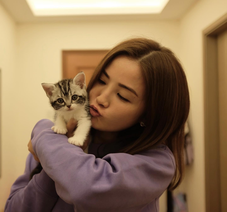 阿SA的愛貓嚦咕已五個月大 ,更視牠為「老細」。