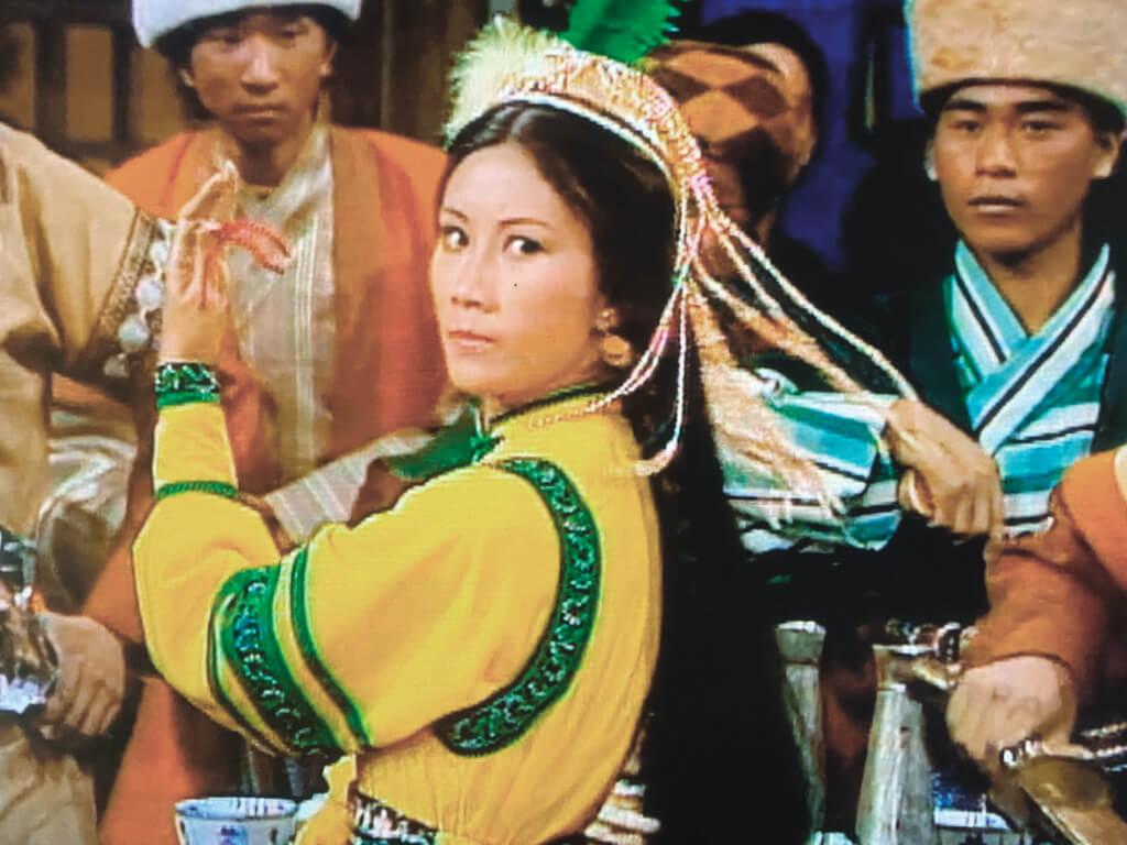 翠羽黃衫霍青桐(汪明荃)出場的戲沒一句對白,全是眼睛在演戲。一九七六年《家變》還未誕生,但「女強人」的現代女性風範,在一個回族女俠身上已蓄勢待發。