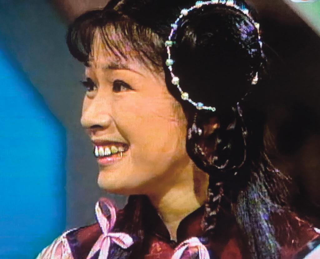 李沅芷(黃淑儀)的提督之女,是全書第一個出場的重要女角,出身官宦,不知地厚天高,經常製造麻煩是這角色可恨復可愛之處。當年芳齡廿七的GiGi,梳起孖辮飾演十四、五歲的少女毫不違和。