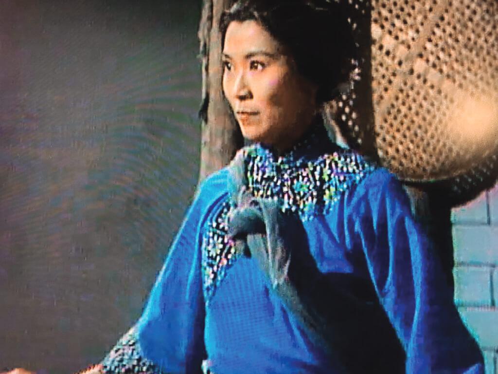 《書劍》開篇第一個高潮是紅花會當家之一文泰來(朱江)被捕,與他鶼鰈情深的駱冰(李司棋)不要命也要相救。感覺到她手上的鴛鴦雙刀再鋒利,也不如雙眼流露的殺氣。