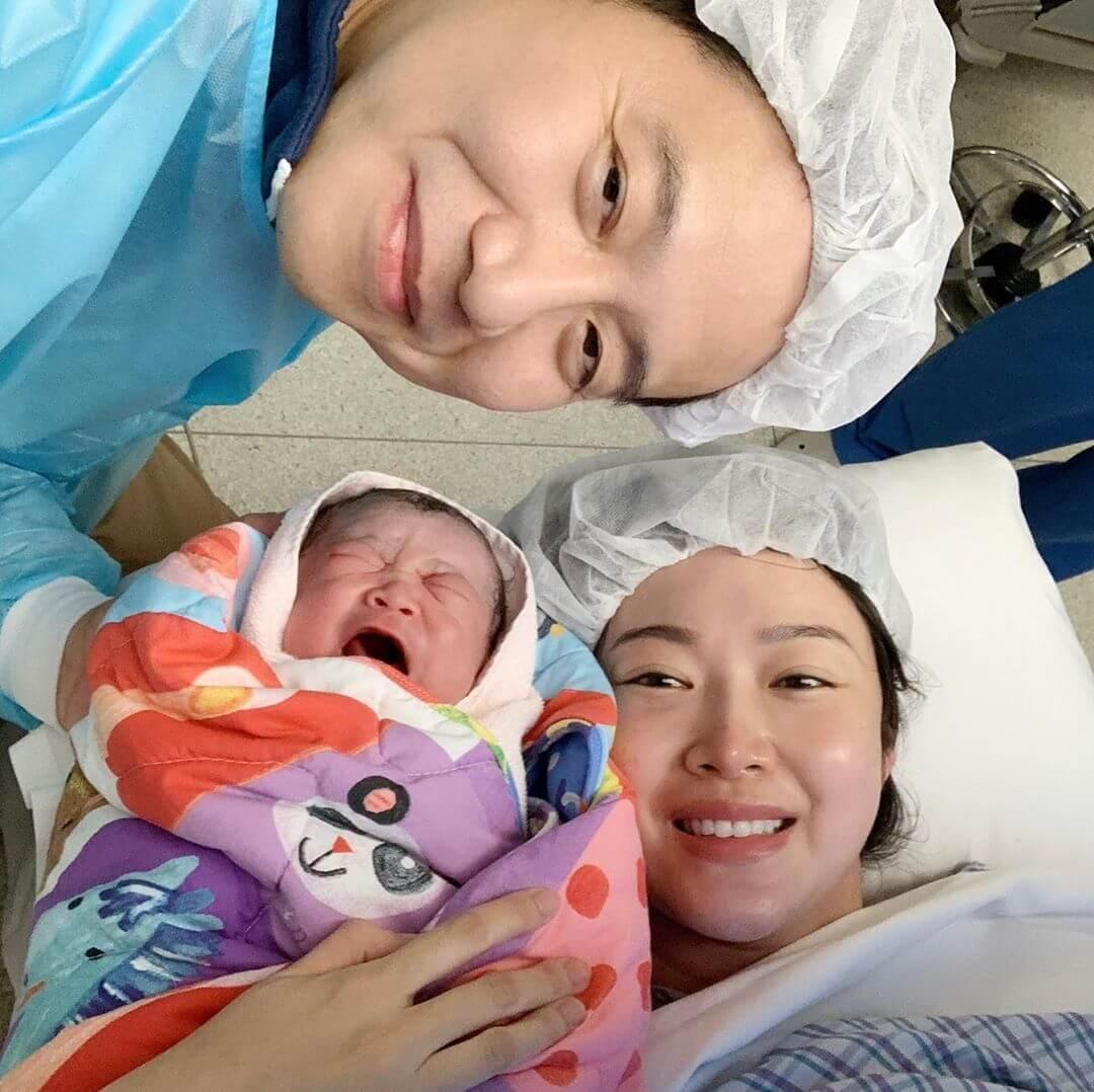 翠翠在上月十一號為老公周曉東誕下第三子。