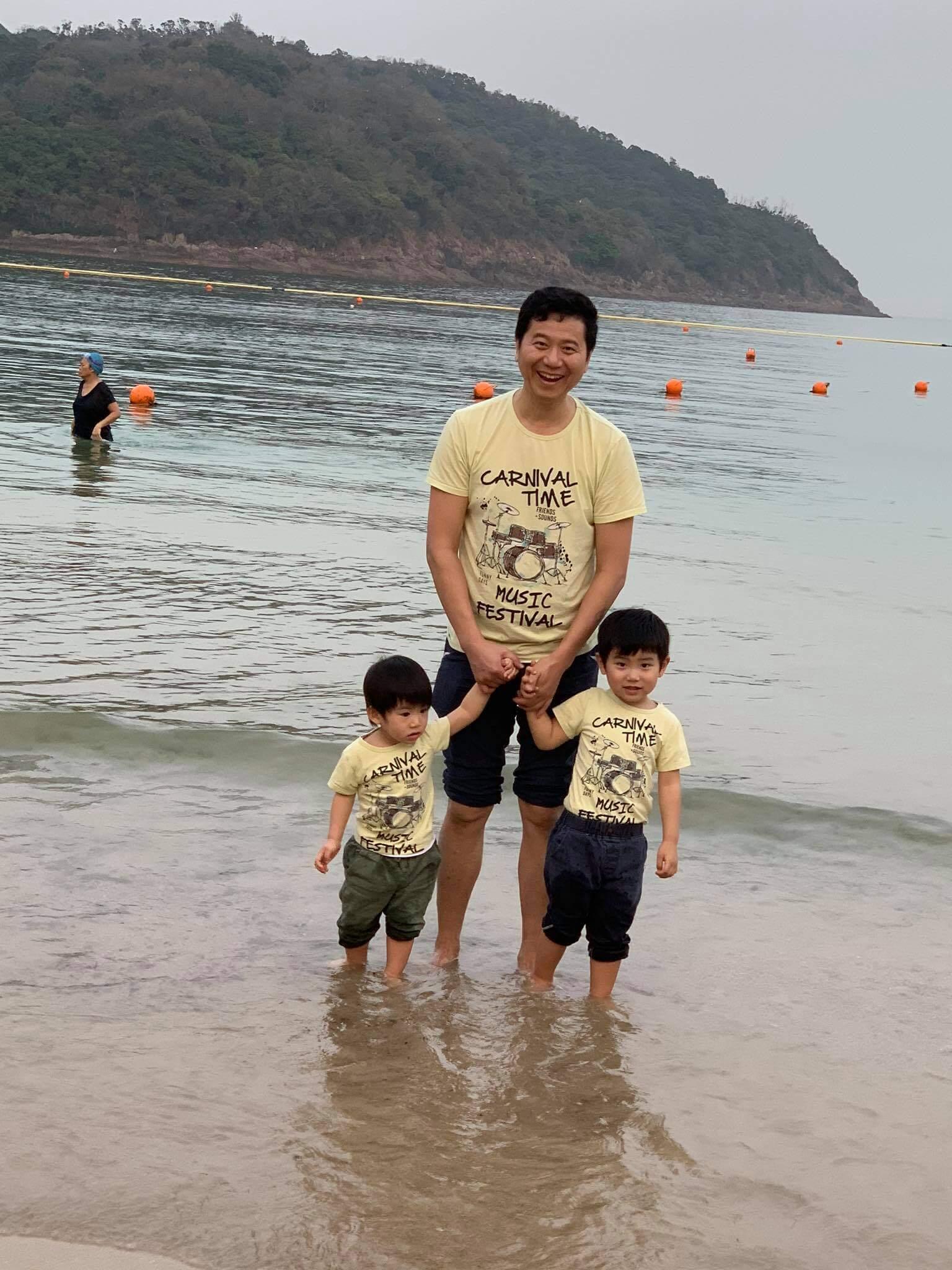 翠翠老公周曉東與兩子穿父子裝,玩得開懷,充滿童真。