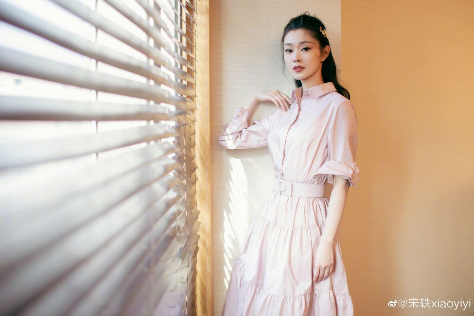 宋軼在十年的演藝事業中,亦有不少代表作,在《慶餘年》范若若一角也非常受歡迎,不比女主角李沁遜色。