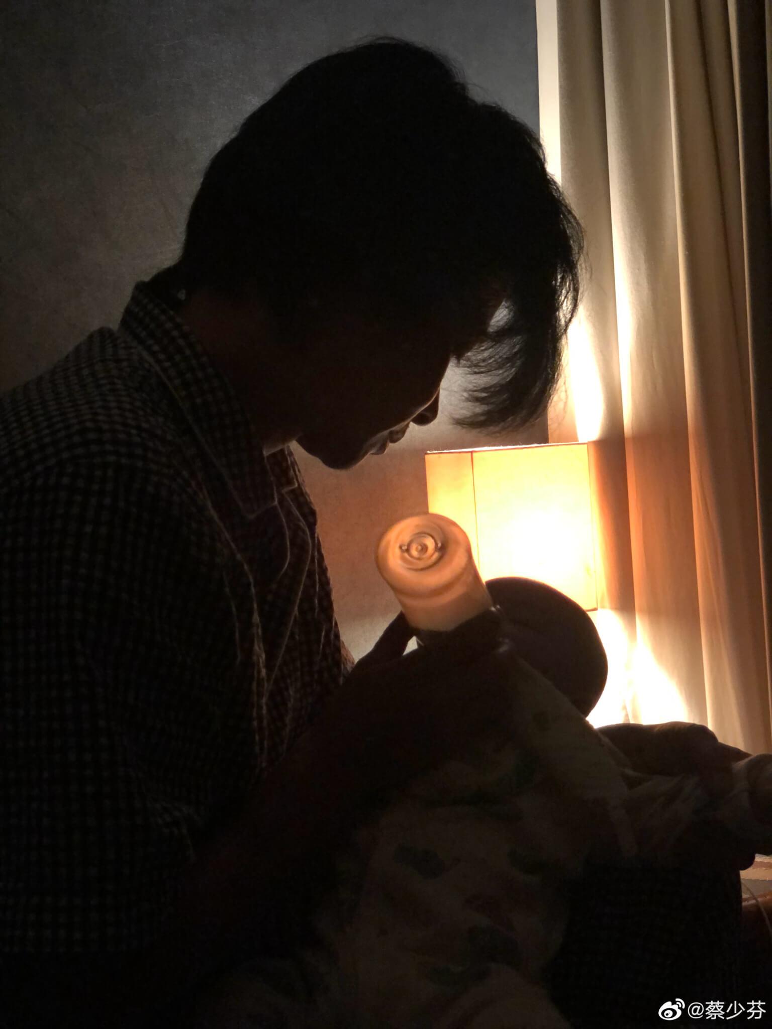 張晉凌晨近三點起床給幼子張樂兒餵夜奶,展現溫柔一面。