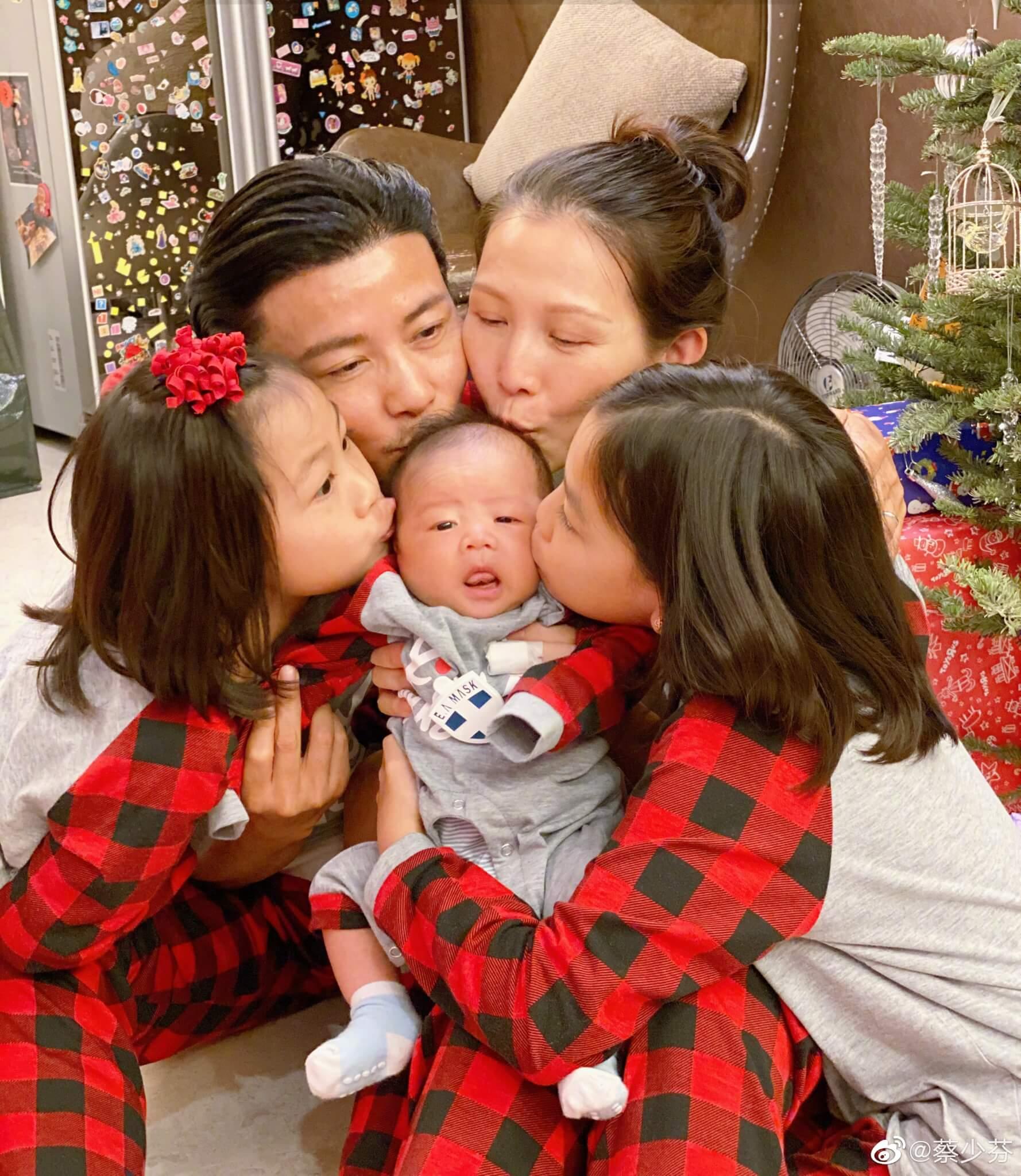 蔡少芬去年十一月為張晉誕下幼子張樂兒,一家五口溫馨滿溢。