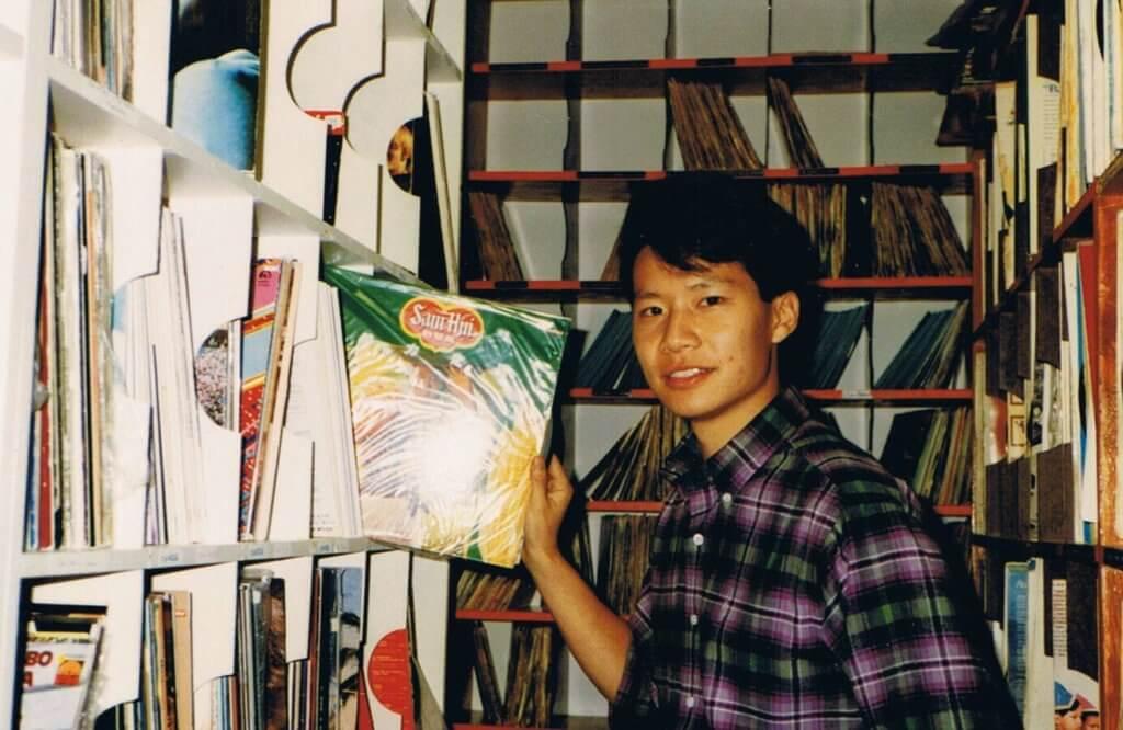 鄭子誠喜歡收藏黑膠唱片,當年考入加拿大的電台,很大目的是為了其收藏有個容身之所。