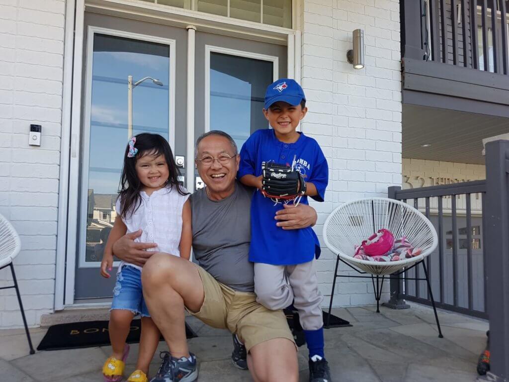 于洋分享與一對混血孫仔孫女的合照,這位開心爺爺在加拿大時愛與他們玩耍。