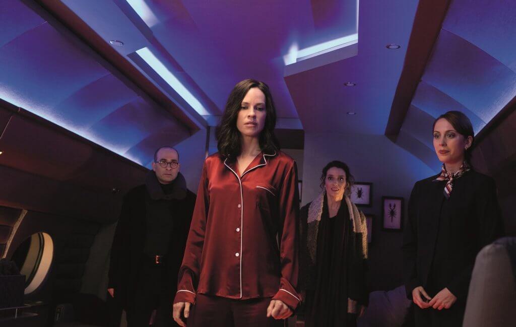 希拉莉絲韻飾演的獵殺核心話事人,在影片前半部表現神秘。