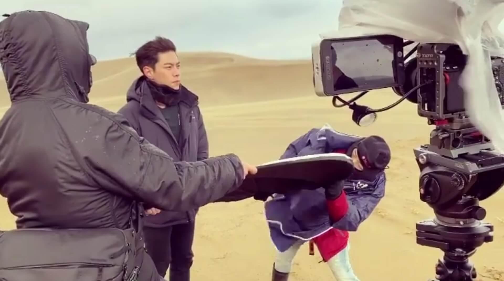 因鳥取砂丘面向日本海,經常刮起大風,只見兩位攞住反光板的工作人員,被吹到搖擺不定,非常吃力才能站穩。