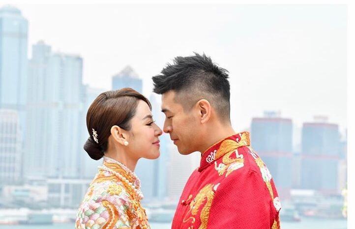 兩人穿上中式禮服