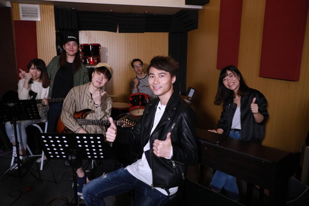 黃劍文喜歡與不同的音樂人及樂手合作,這次就找來在早前街頭發掘的樂隊Shuttle Busk一齊jam歌,之後更會請他們上節目表演。