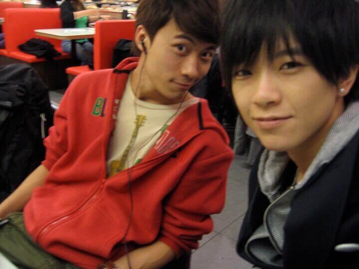 到台灣參加《超級偶像》,當時冠軍就是黃劍文身旁的張芸京。