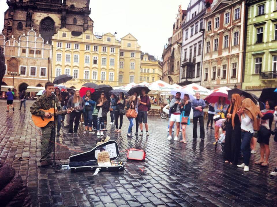 在布拉格busking,就算落雨也繼續照唱。