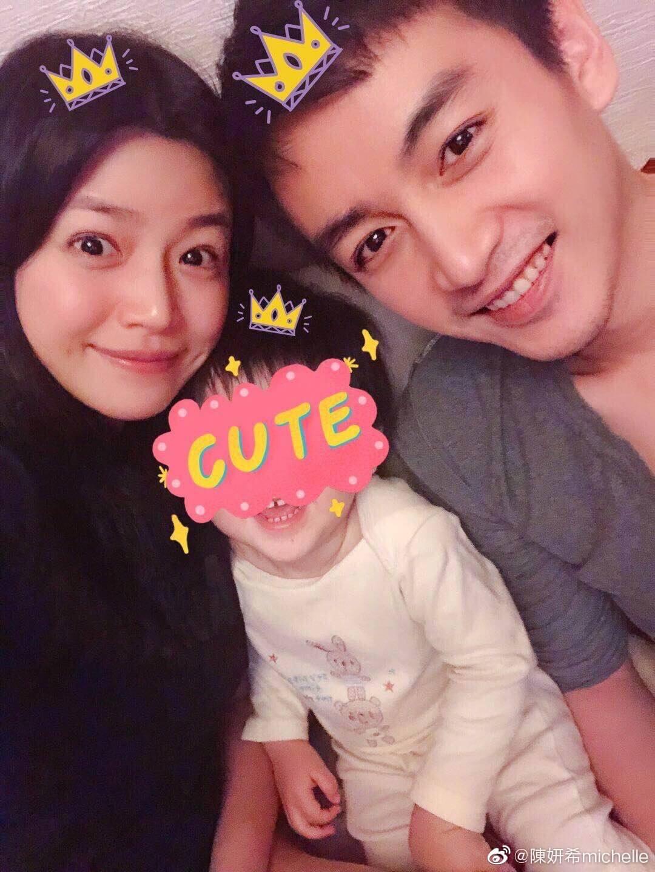 陳妍希於2016年與陳曉結婚,同年十二月誕下兒子陳睦辰。