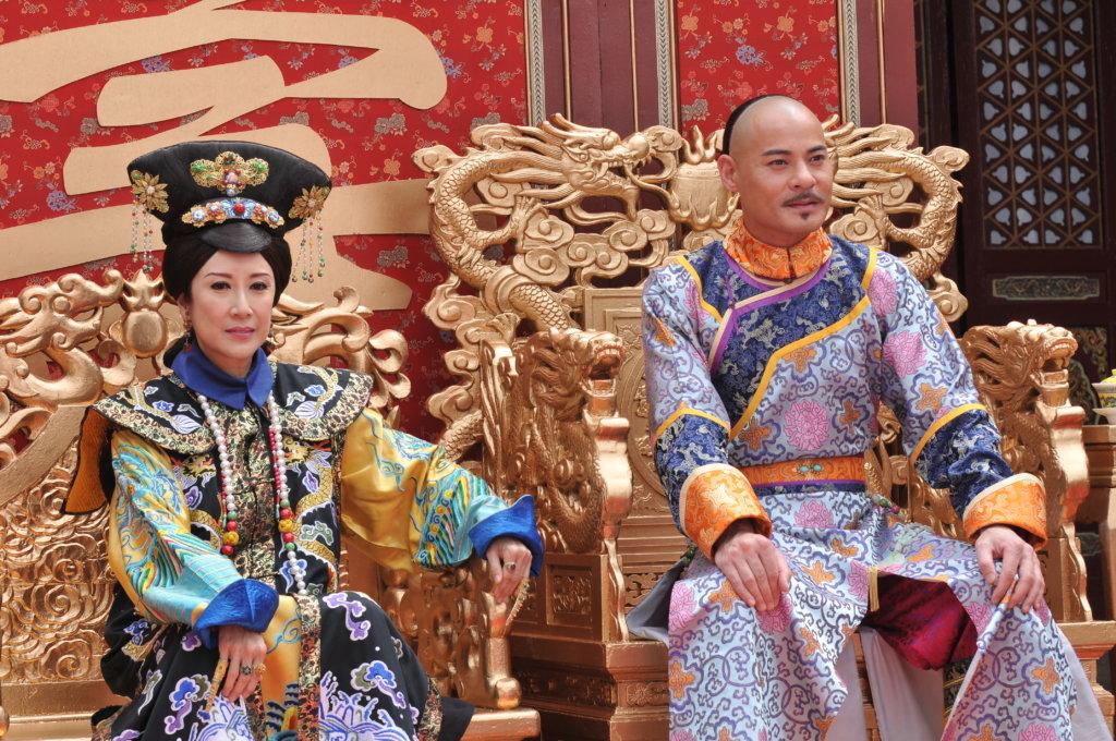 劇集《食為奴 》飾演的德妃,與黃智賢是母子。